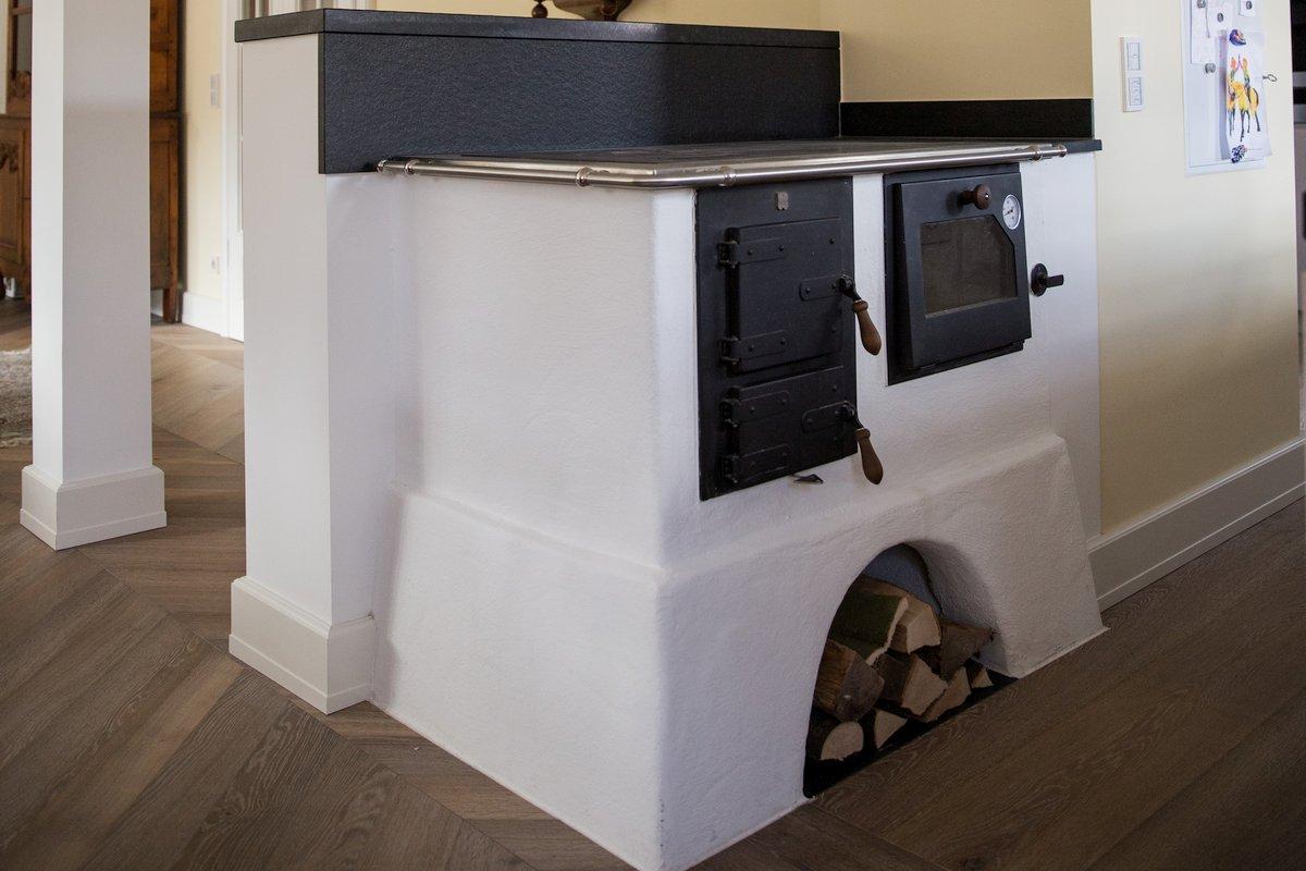 Traditioneller holzbefeuerter Küchenherd mit Herdringen und Backfach